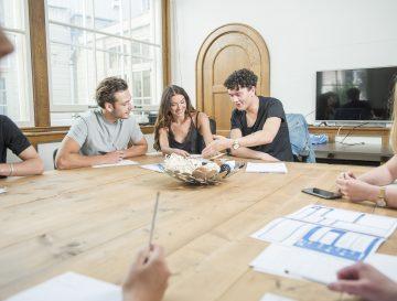 Drie vertegenwoordigers bespreken de fondsen in een meeting