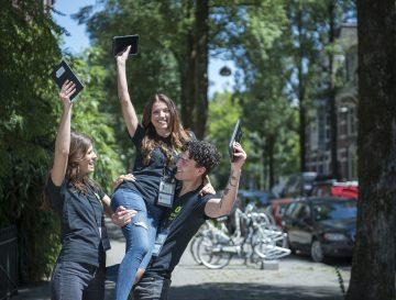 Drie vertegenwoordigers op straat die plezier maken