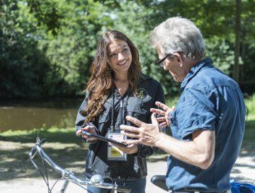 Vertegenwoordiger stelt een partner voor aan een oudere in het park