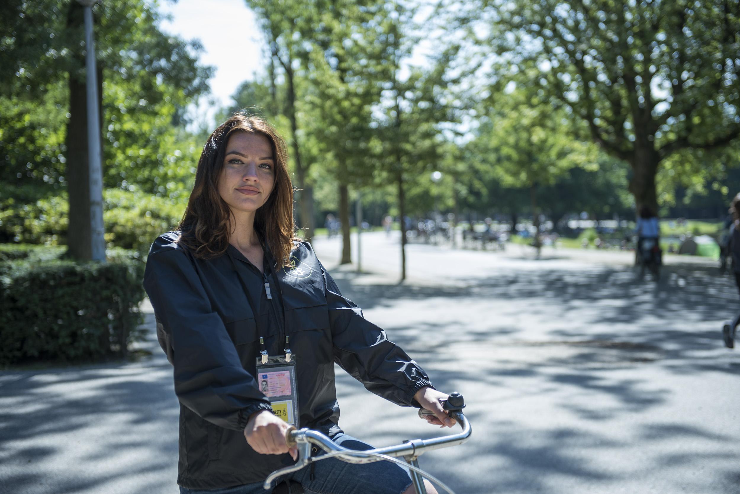 Een vertegenwoordiger op een fiets